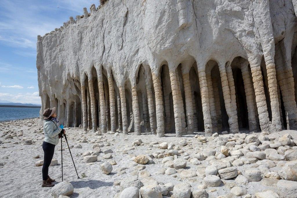 Таинственные каменные колонны озера Кроули в Калифорнии, США