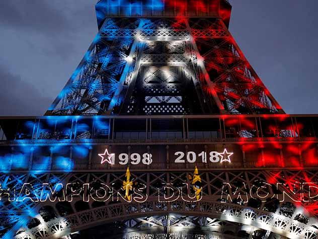 Лувр «переодел» Мону Лизу в честь триумфа французских футболистов на ЧМ-2018