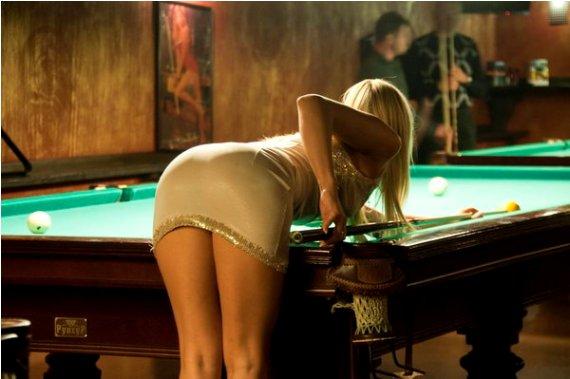 секс девки играют в бильярд