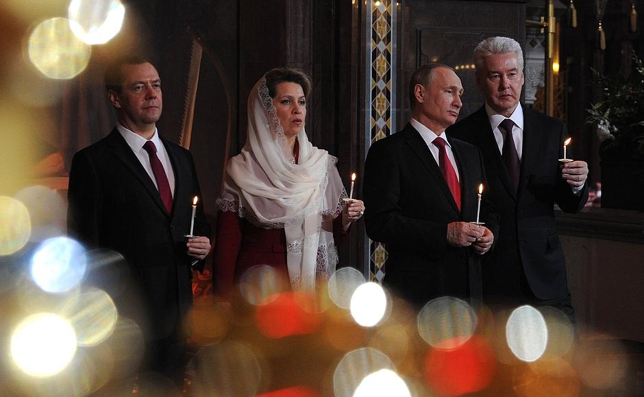 Путин и Медведев поздравили россиян с Пасхой
