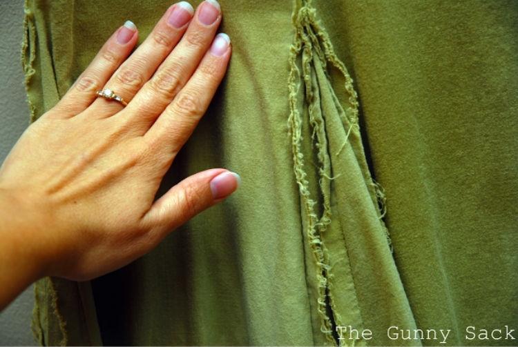 Слегка влажную одежду разгладьте руками