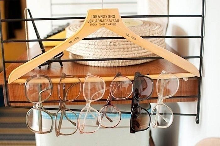 Если разместить очки на вешалке, то можно не только сэкономить пространство, но и предотвратить из повреждение.