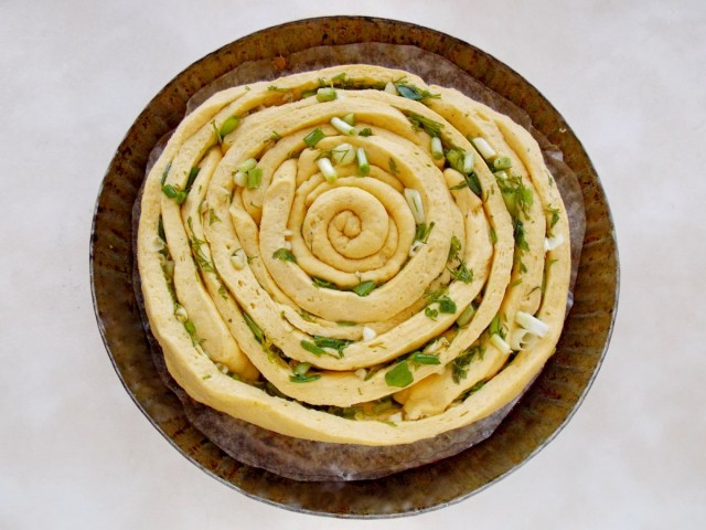 Ставим запекаться спиральный хлеб с пряными травами и чесноком