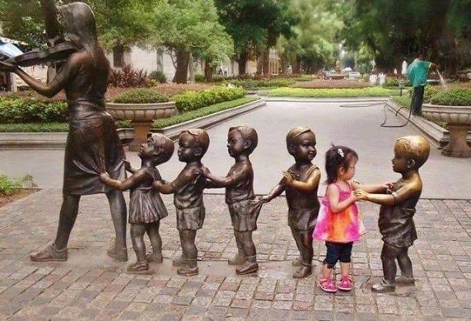 15 снимков детей, которые умеют фотографироваться с памятниками лучше вас