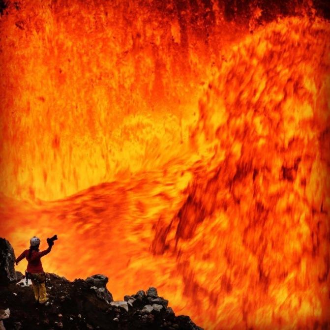 Прыжок в пекло: сумасшедшие снимки из самого жерла вулкана