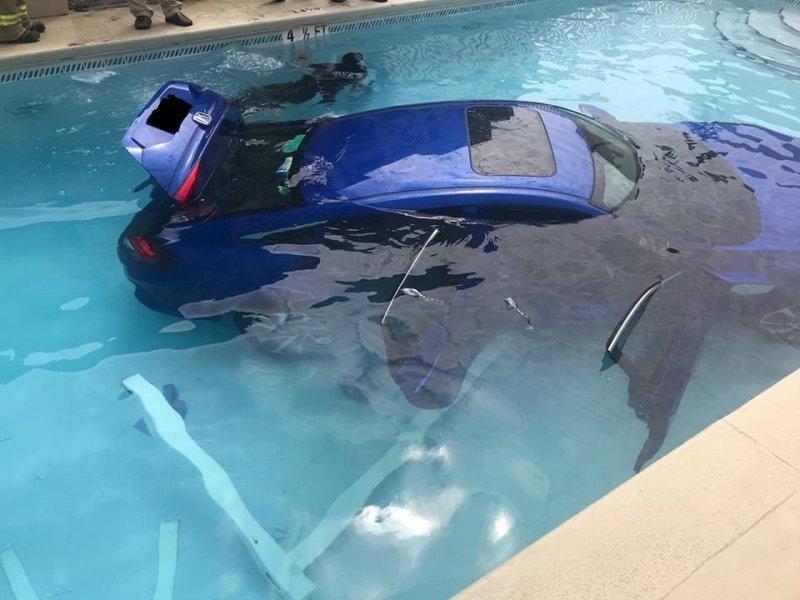 """Женщина не поставила машину на """"паркинг"""" и она уехала прямо в бассейн"""