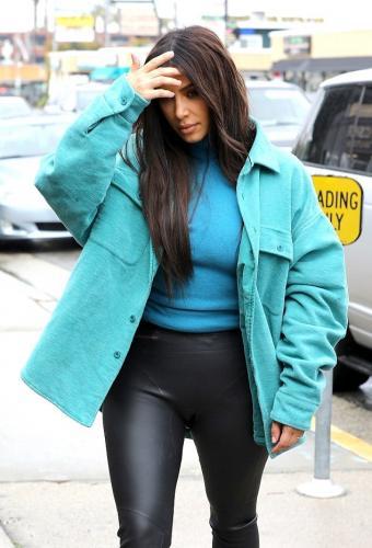 Ким Кардашьян опозорилась брюками, которые трещат по швам на аппетитных бедрах