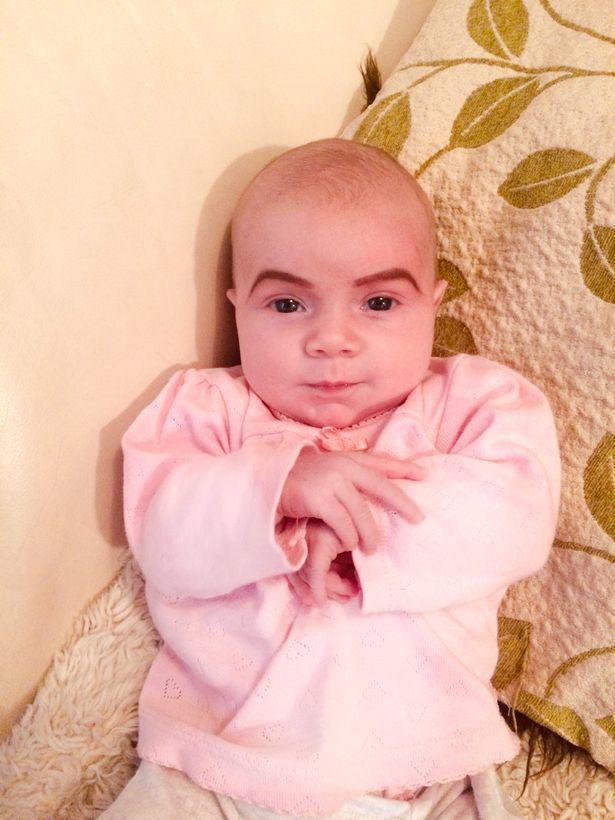 В Сети осудили маму, нарисовавшую брови новорожденной дочери