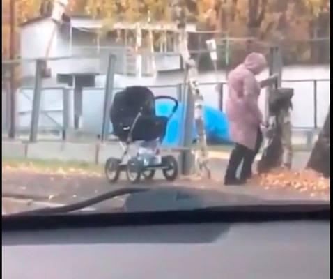 В Ростове мама убивала дерево ножом нанося серию ударов
