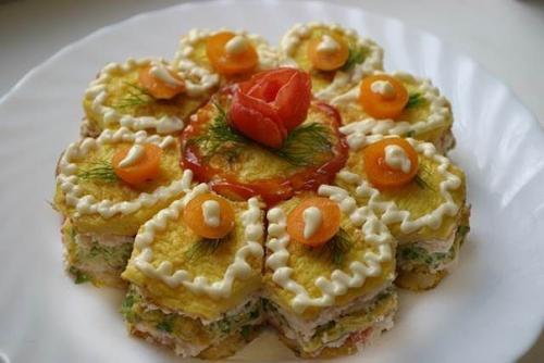 Праздничный, закусочный торт из омлета и сырного крема.