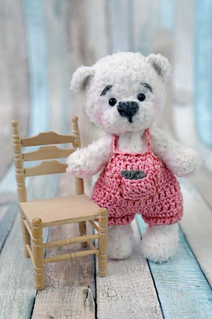 Вязанный плюшевый медвежёнок
