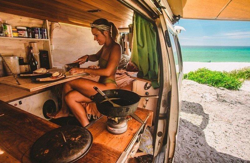 Молодая пара, путешествующая по Австралии четвертый год, показала свою кочевую жизнь австралия, жизнь, пара, приключение, путешествие, фотография, фургон