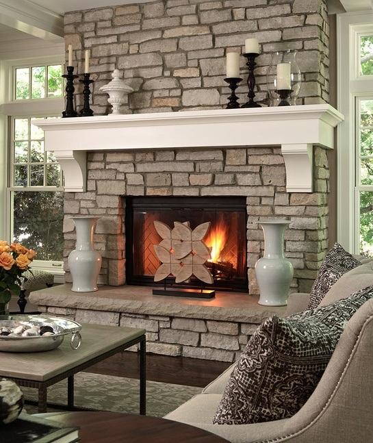 В качестве декора для камина отлично подойдут вазы и красивые подсвечники