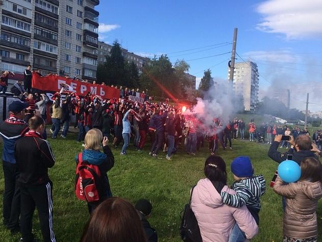 Болельщики устроили акцию в поддержку «Амкара» в день города