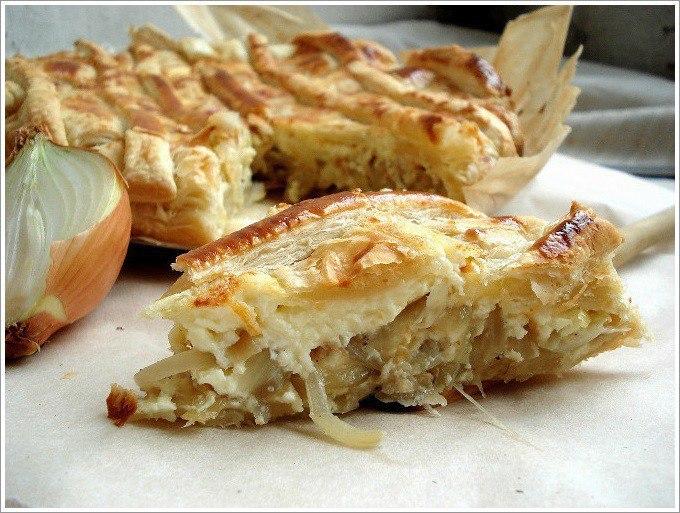 Слоеный пирог с луком и плавленным сырком — быстрый и вкусный!