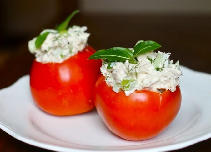 Куриный салат в помидоре