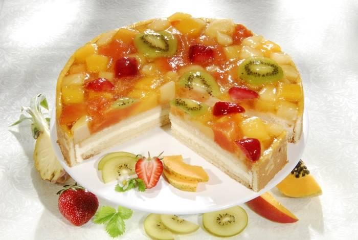 Желейный торт с фруктами.