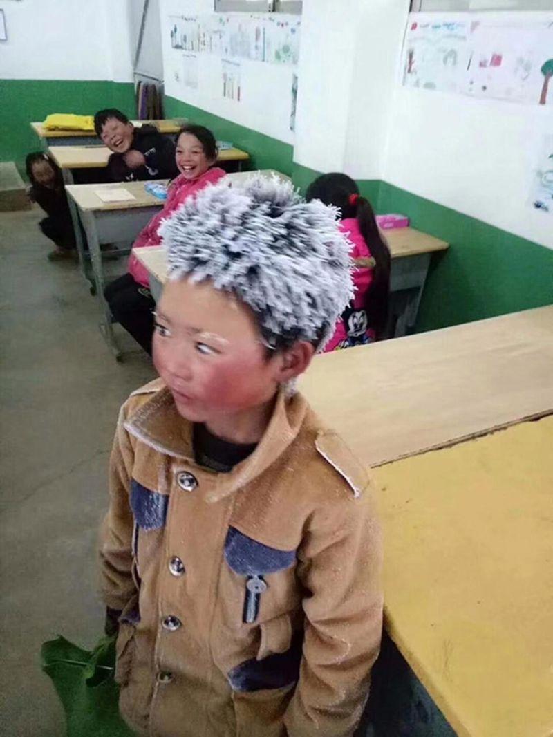 Ученик пришел в школу с зале…
