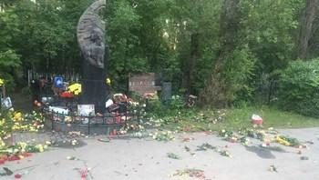 Неизвестные вандалы разгромили могилу Виктора Цоя