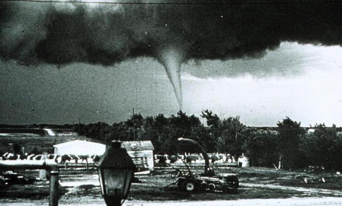 Умопомрачительные ретро фотографии первых «охотников за торнадо»