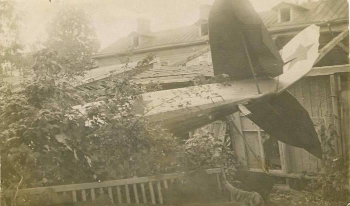 Разбитый самолет упавший при испытаниях на жилой дом в 1921 году.