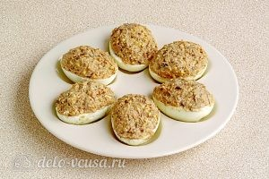 Яйца, фаршированные шпротами: Нафаршировать белки