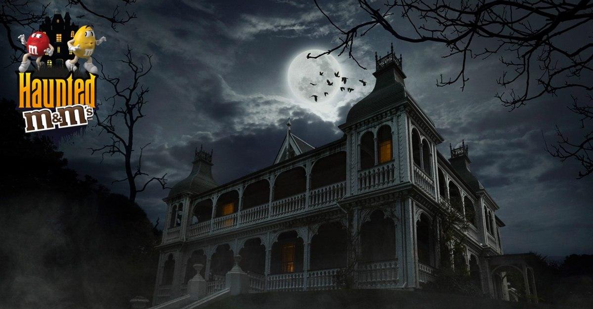 Реклама к Хэллоуину: коробки с M&M`s разместили в доме с привидениями