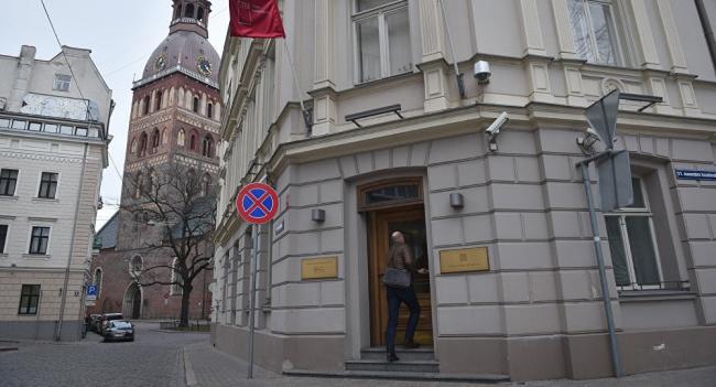 Как националисты Латвии наживаются награбеже банков