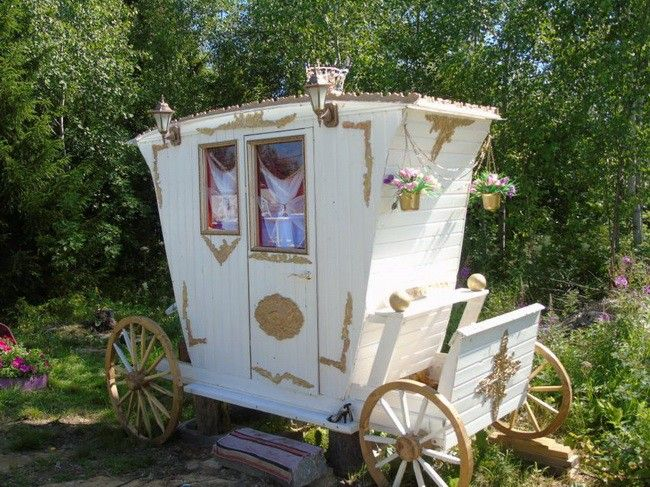 Оригинальный дачный туалет в виде кареты