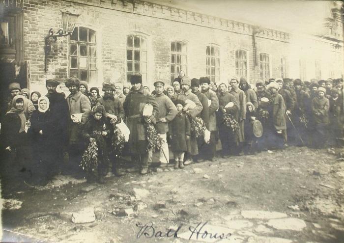 Горячая вода была роскошью, все ходили в баню, 1925 год.