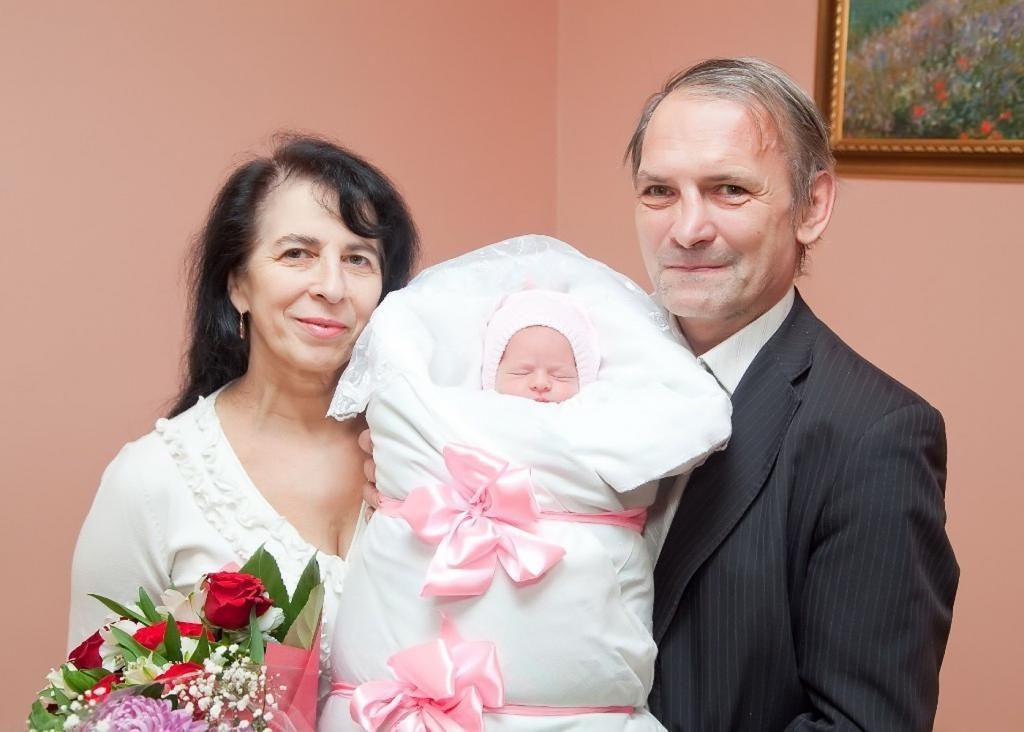 Родившая в 60 лет Галина рассказала и показала, как растет ее маленькая дочь