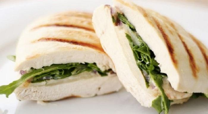 Сендвич, перед которым невозможно устоять.  Фото: edaifigura.ru.