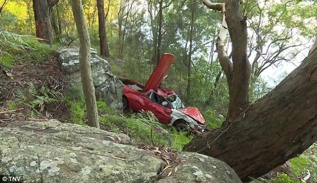Двое парней остались невредимыми, пролетев в машине 10 метров с горы