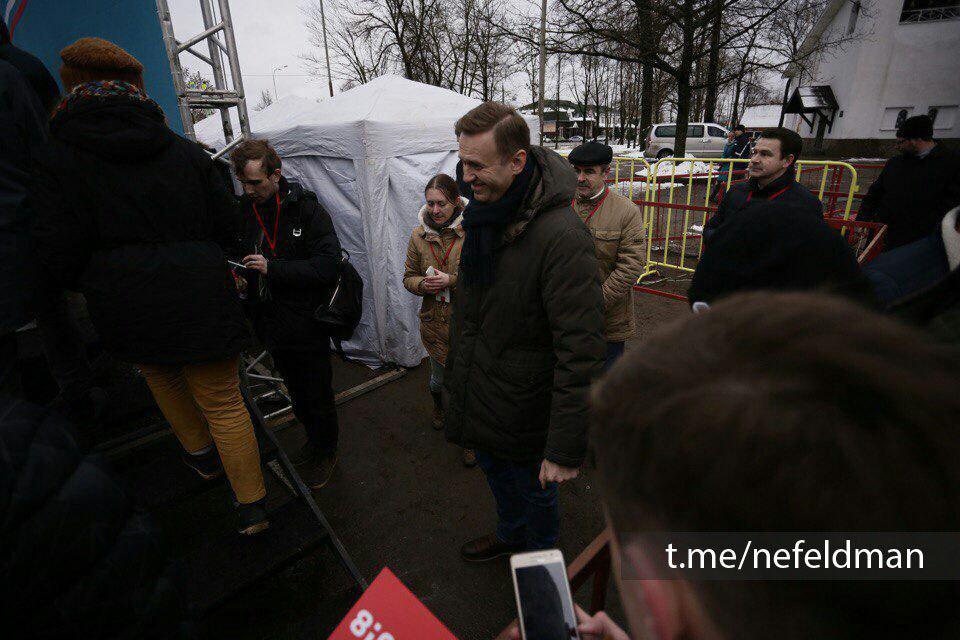 Флаг России в грязи и другие детали приезда Навального в Псков