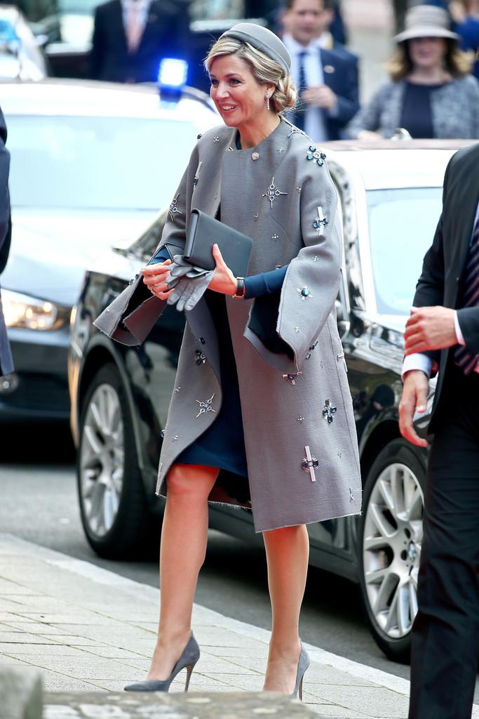 Королева Нидерландов приехала в Германию со свастикой на пальто