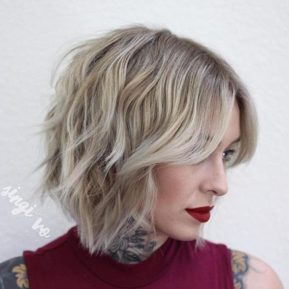 Актуальные стрижки волос средней длины с легкостью руки мастера преобразят женский образ, подчеркнув нужные черты лица и скрыв изъяны.