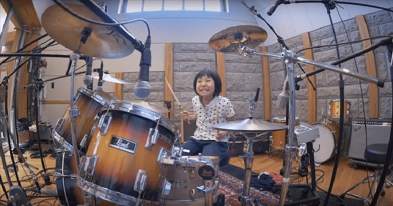 8-летняя девочка из Японии отжигает на барабанной установке. Даже Роберт Плант впечатлен
