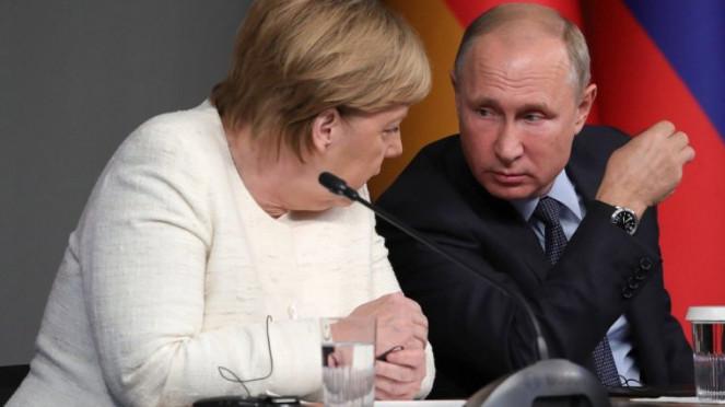 Путин и Меркель обсудили по …