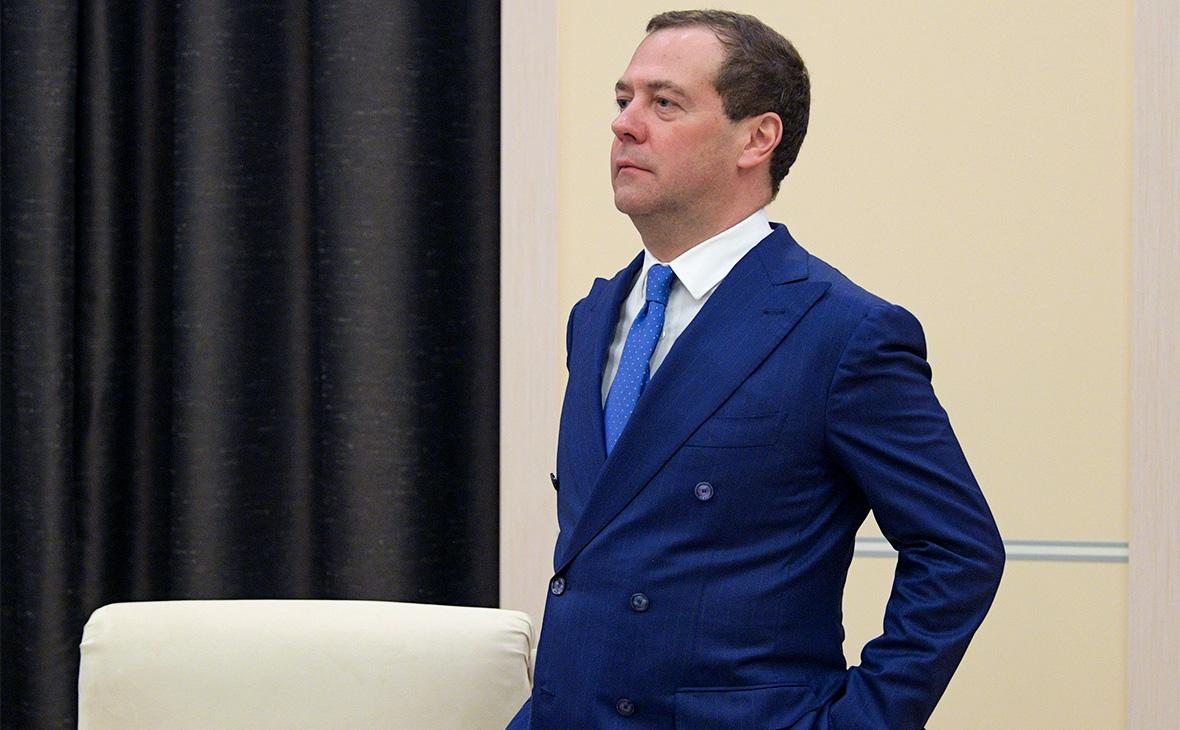 Медведев пригрозил нефтяникам пошлинами в случае роста цен на бензин