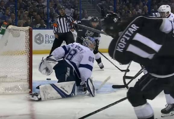 Российский вратарь вслепую поймал шайбу в матче НХЛ