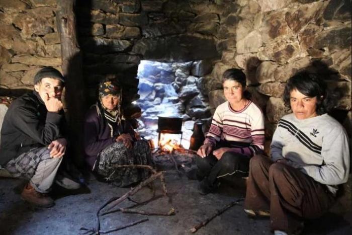 Пещерные люди: большая семья 80 лет живет вдали от цивилизации