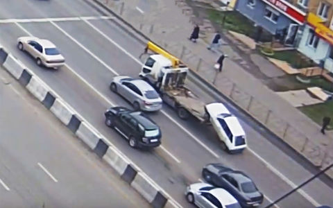 Эвакуатор в Красноярске «забыл» машину на шоссе
