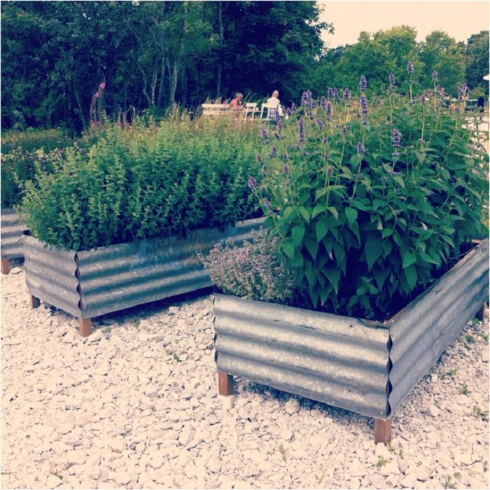 Деревянные контейнеры обшиты металлом - прекрасно подойдут для оформления огорода.