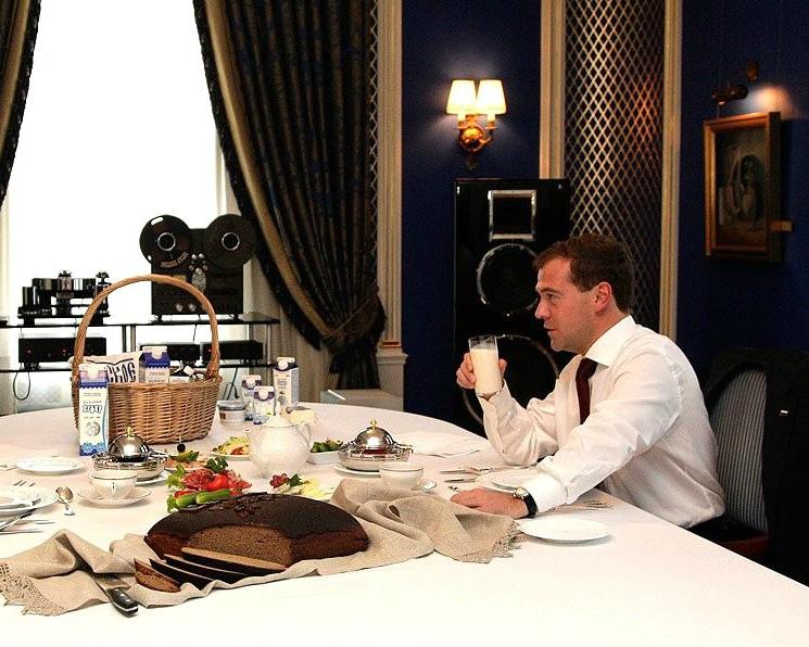 Д. Медведев поручил разобраться с поставками сухого молока