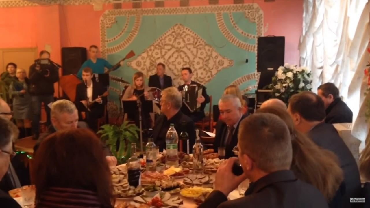 На мероприятии по поводу Дня инвалида в Коростене (Украина) инвалидам накрыли стол. Рядом накрыли стол и чиновникам (видео)