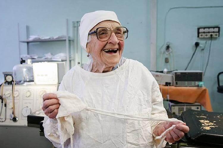 Старейший хирург в мире, она…
