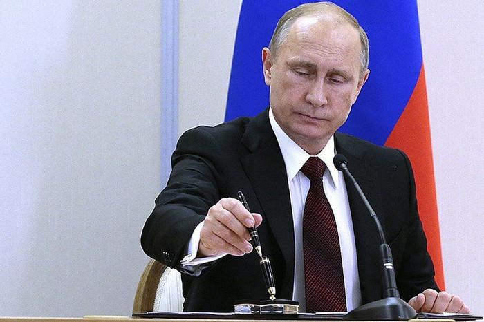 Россияне приветствуют решение Путина ввести новые санкции против Украины