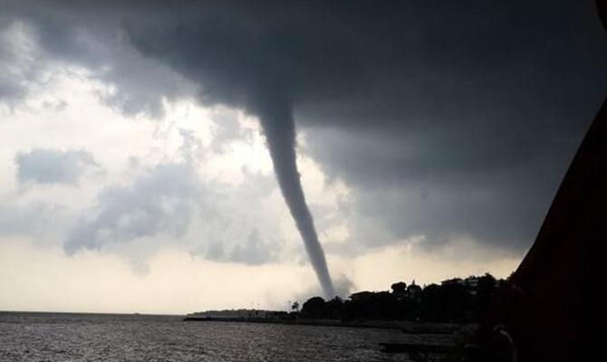 Торнадо обрушился на турецкий порт в Стамбуле