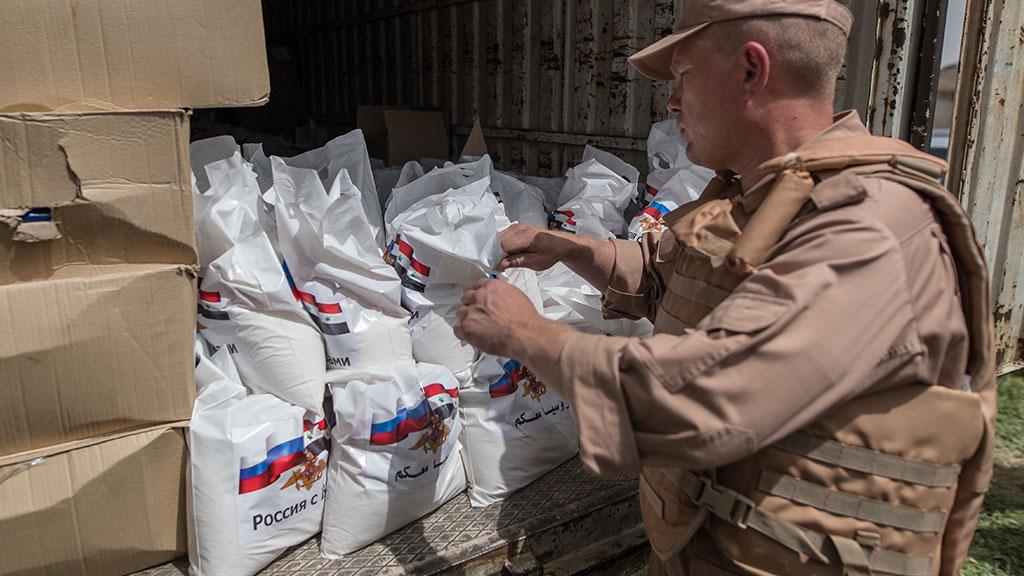 Российские военные доставили в Сирию более тонны гумпомощи