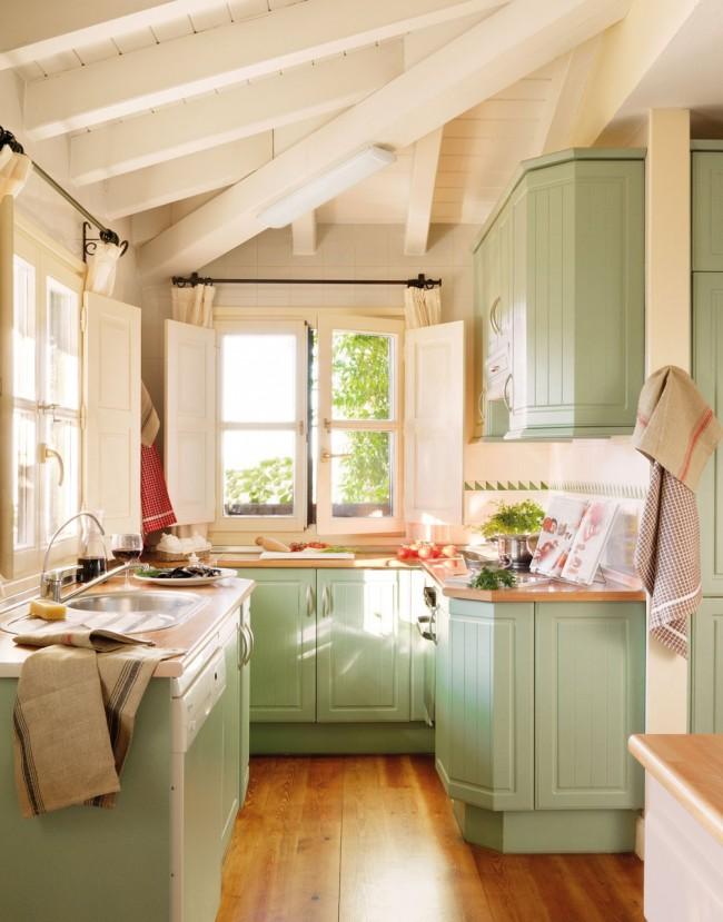 Маленькая светлая кухня в стиле кантри со шкафчиками фисташкового цвета